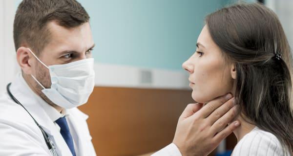 medico placas en la garganta
