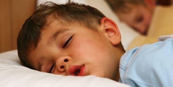 dormir boca abierta faringitis en niños