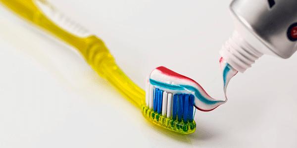 pasta de dientes encias moradas